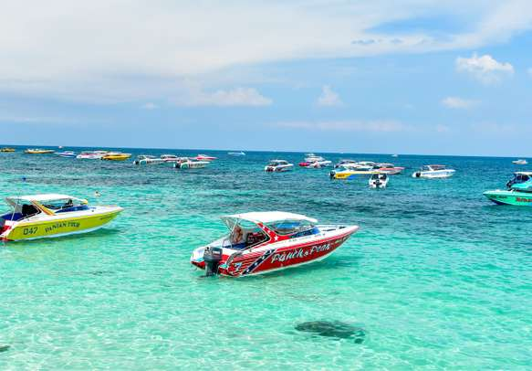Speedboats carrying tourists to Koh Larn island.