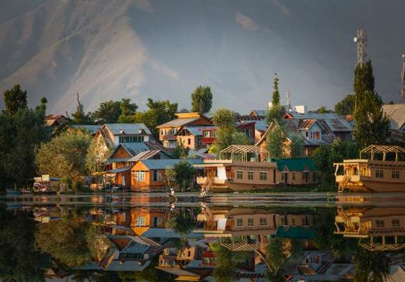 Enjoy a luxurious stay in the Kashmir houseboats with this 6 nights 7 days Kashmir package.