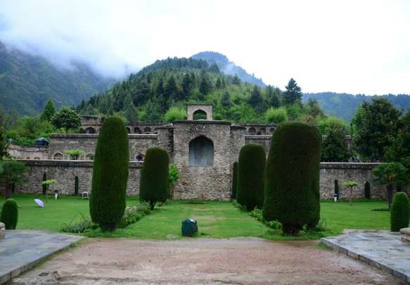 Srinagar city has many famous tourist attractions for honeymooners and couples.
