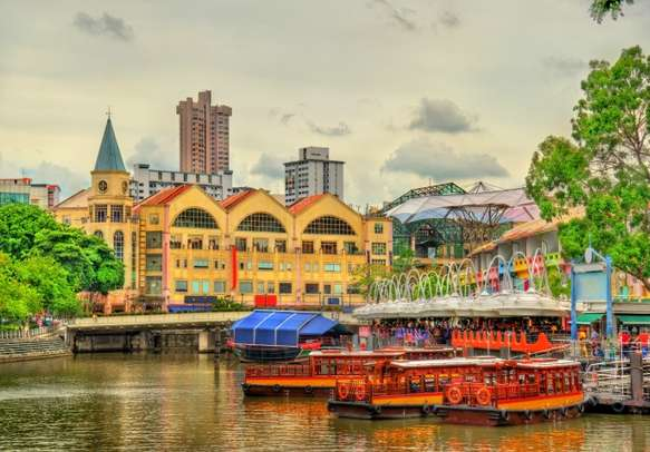 Be enchanted by the heritage boats on the Singapore river.