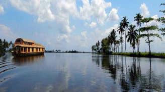 Scenic views on a Kumarakom backwaters tour