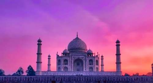 Let the mesmerizing views of Taj Mahal cast a magical spell on you!