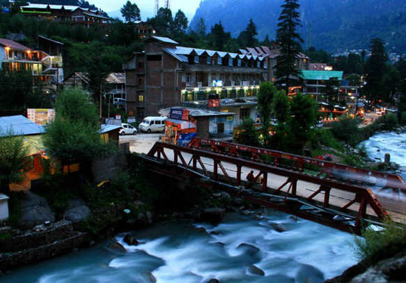 Witness the gushing river in Old Manali