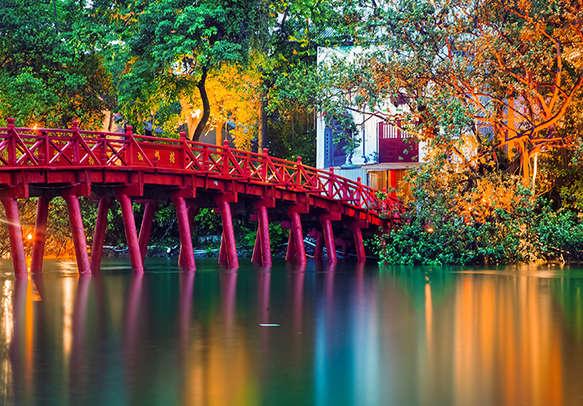 Visit the lovely Red Bridge in Hanoi