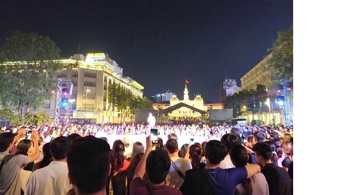 night market crowd in saigon