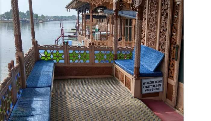dreamy houseboat in Srinagar
