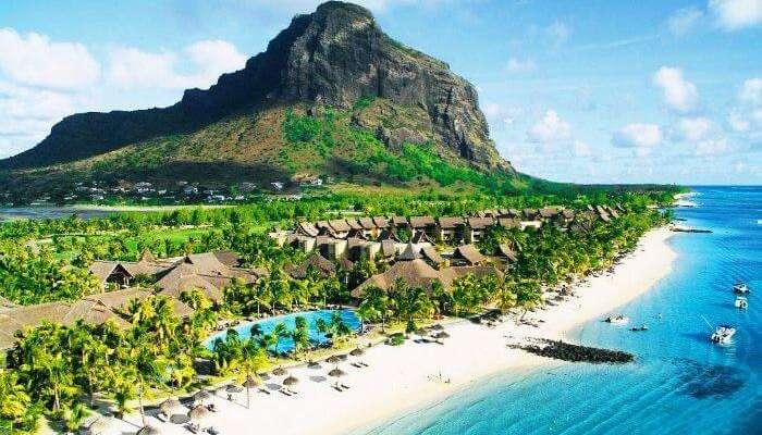 Güzel Mauritius Adası ve denizin masmavi suları