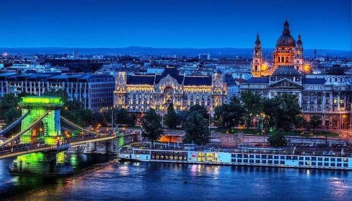 Macaristan'da Budapeşte'nin gece manzarası
