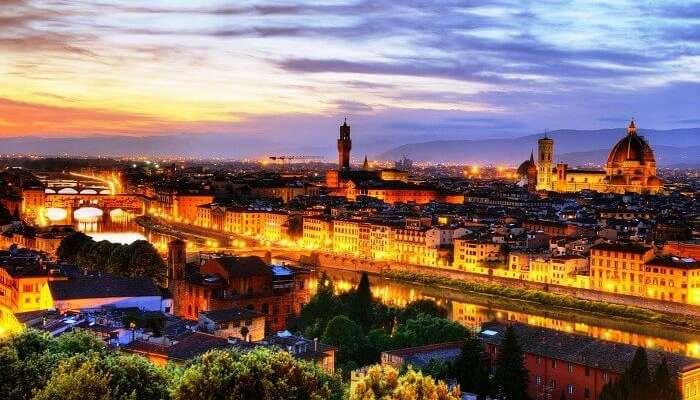 Ponte Vecchio'nun Floransa-İtalya'daki gece görünümü