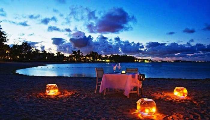 Namibya'daki Namib Çölü'nde romantik akşam yemeği