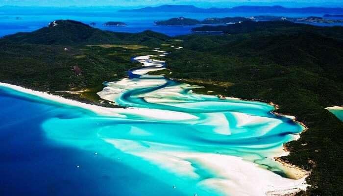 Whitsunday'ın beyaz kumlu plajları ve masmavi suları, burayı dünyada muhteşem bir balayı noktası haline getiriyor