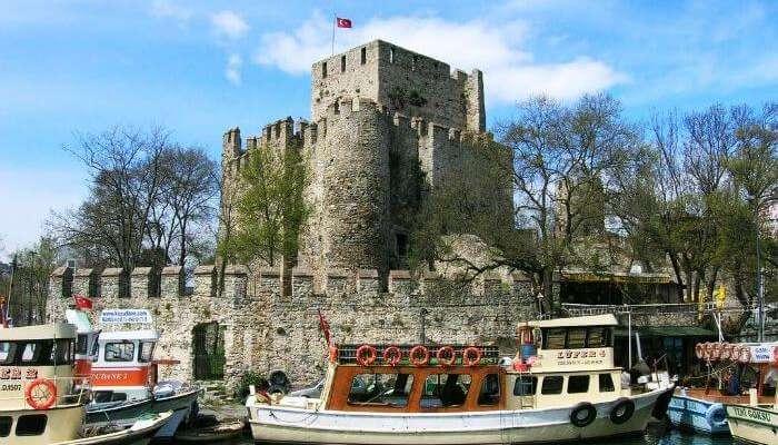 Крепость Анадолухисари - одно из самых посещаемых исторических мест Стамбула.