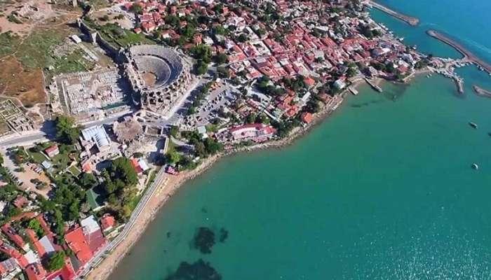 Вид с высоты птичьего полета на древнегреческий город Сиде