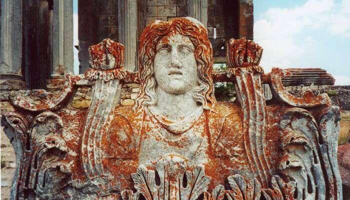 Статуя Зевса возле храма Айзанои Зевса является одним из лучших исторических мест в Турции.