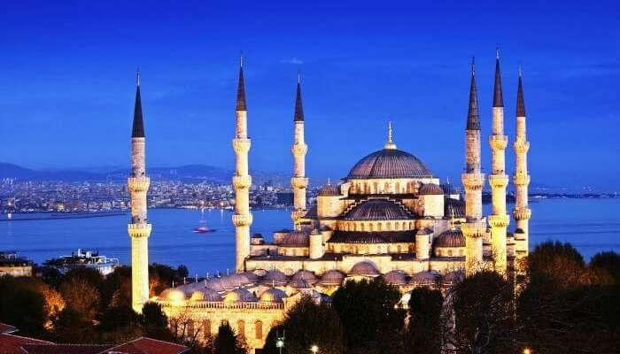 Голубая мечеть является одним из самых известных исторических мест в Турции