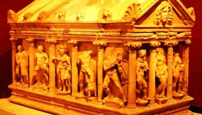 Древние саркофаги в Антальском археологическом музее