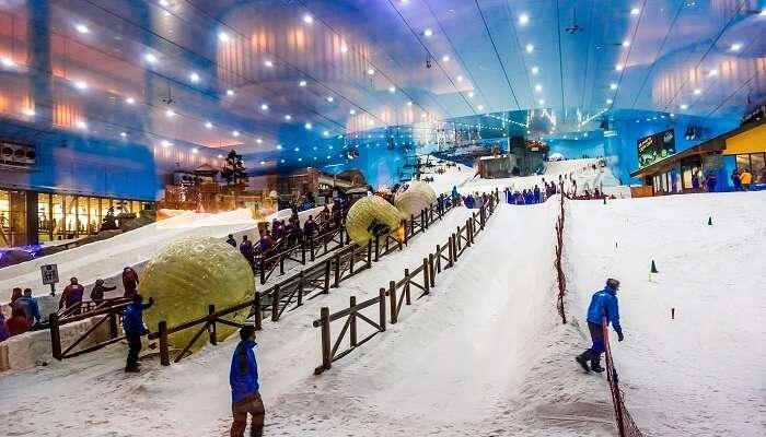 play with snow at ski dubai