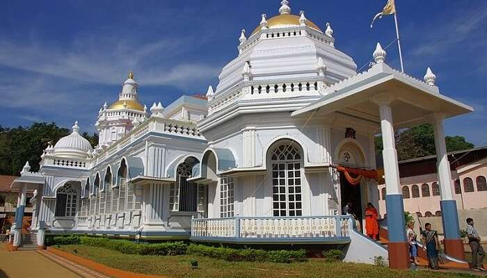 visit Mangeshi Temple in goa