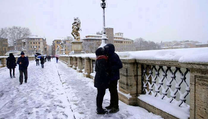 rome snowfall kissing