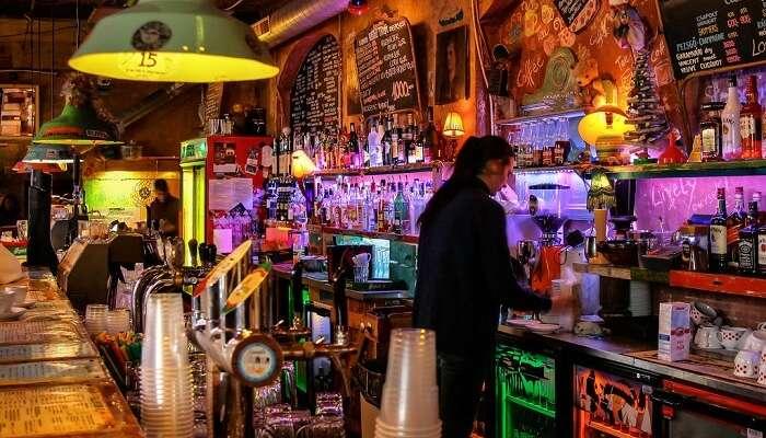 Возьмите напиток в Руин-баре Будапешта