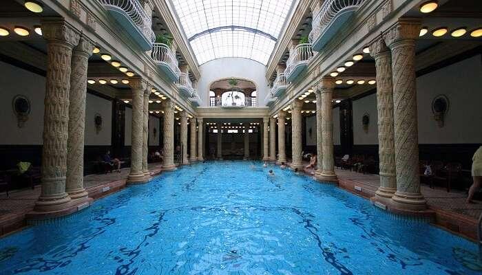 Восстановите силы в бане и спа Gellert в Будапеште, Венгрия