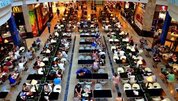 Делайте покупки и обедайте в Центральном Рыночном Зале в Будапеште, Венгрия