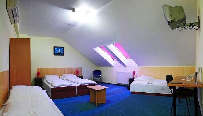 небольшая комната отеля Chesscom с маленькими кроватями