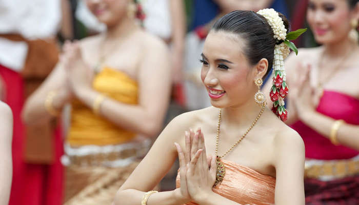 thai girls in traditional clothes