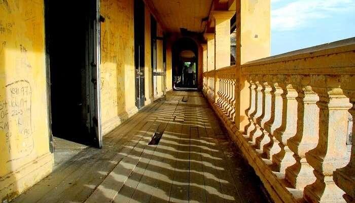 doorsOpenToCorridor