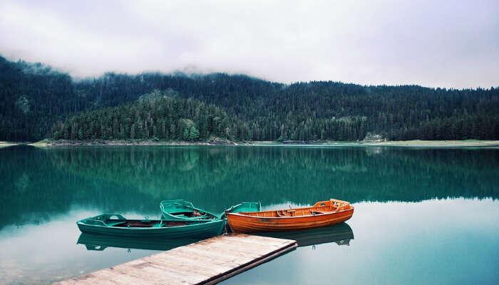 قوارب صغيرة على البحيرة