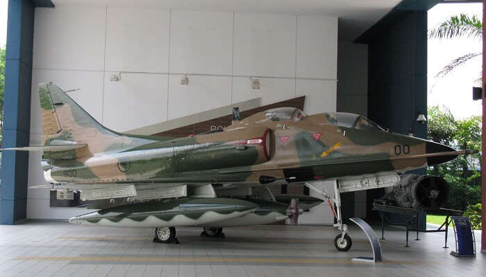 a fighter jet place at the airforce museum singapore