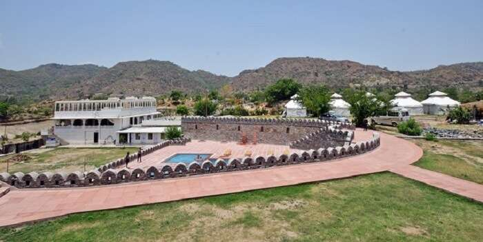 The vast expanse of Devi Palace Heritage resort makes it the best among hotels in Kumbhalgarh