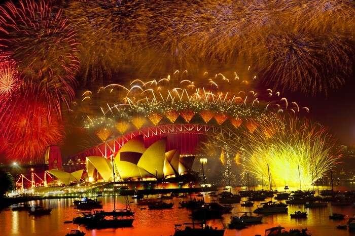 The mesmerising fireworks behind Harbor Bridge in Sydney