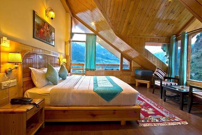 Foghills Manali Cottages bedroom
