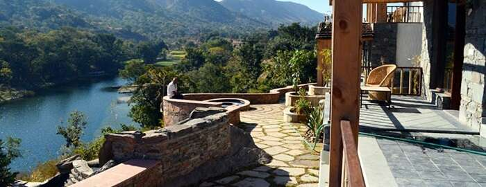 The lake view of the Kumbhalgarh Forest resort puts it above the other popular hotels in Kumbhalgarh