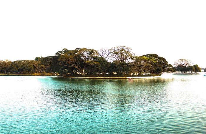 Dazzling turquoise water at Ulsoor Lake in Karnataka