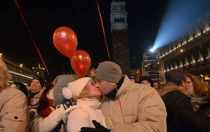 mass kissing in Venice