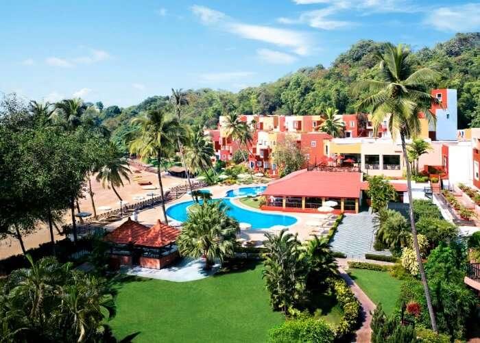 The poolside deck of the Cidade de Goa