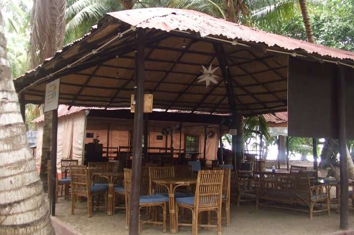 A dining facility at the Island Vinnies Tropical Beach Cabana in Havelock