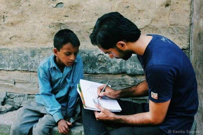 kid keenly watching rahul sketch