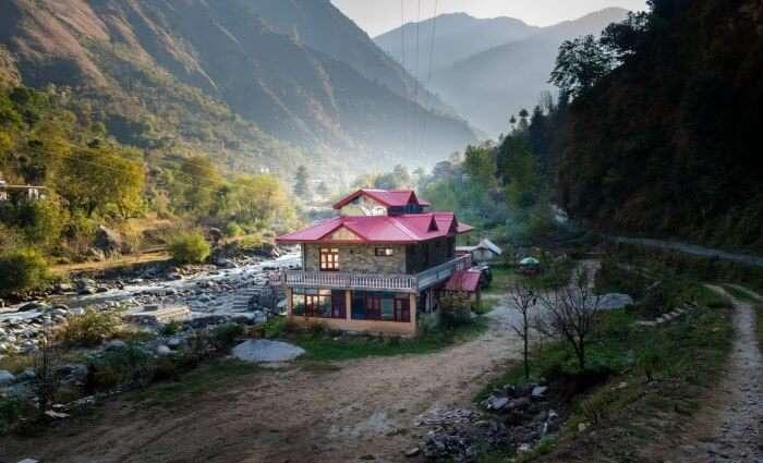 stay at trishla resort n tirthan