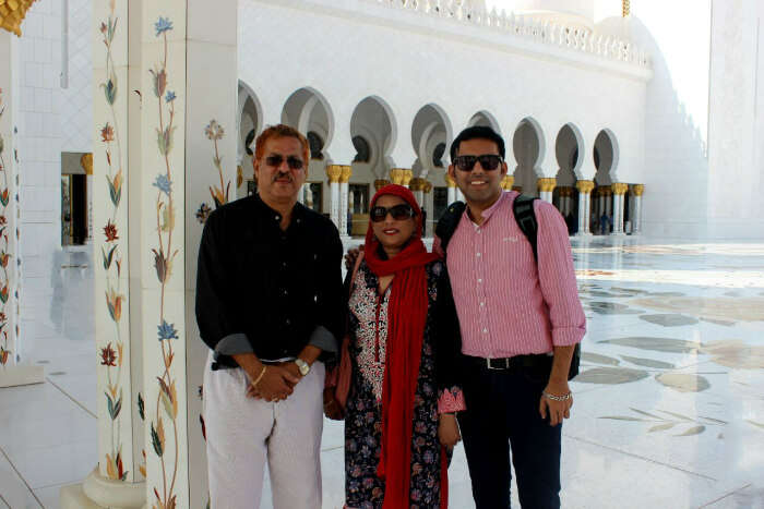 Checking out the jaw dropping architecture of the Sheikh Zayed Mosque
