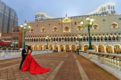 rsz_1shutterstock_521537047_romantic_couple_at_venetian_macao_casino_and_hotel_luxury_resort_in_macau_in_china_illuminated_with_golden_light_late_in_the_evening_people_on_the_background