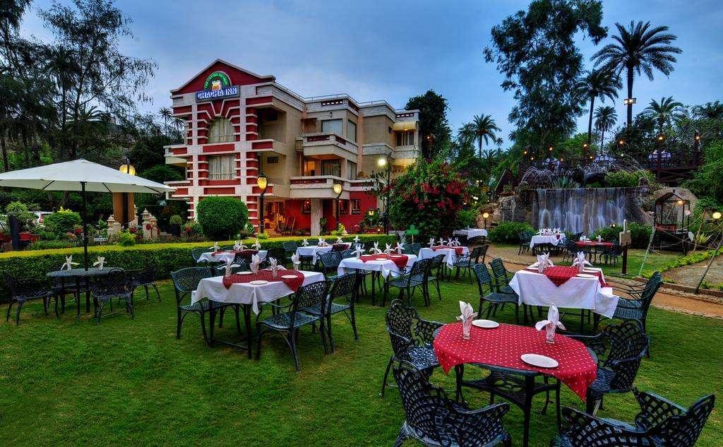 tables oin Hotel Chacha Inn garden