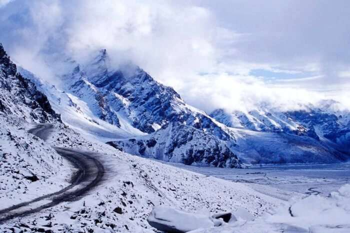 The road leading to Rohtang pass near Manali