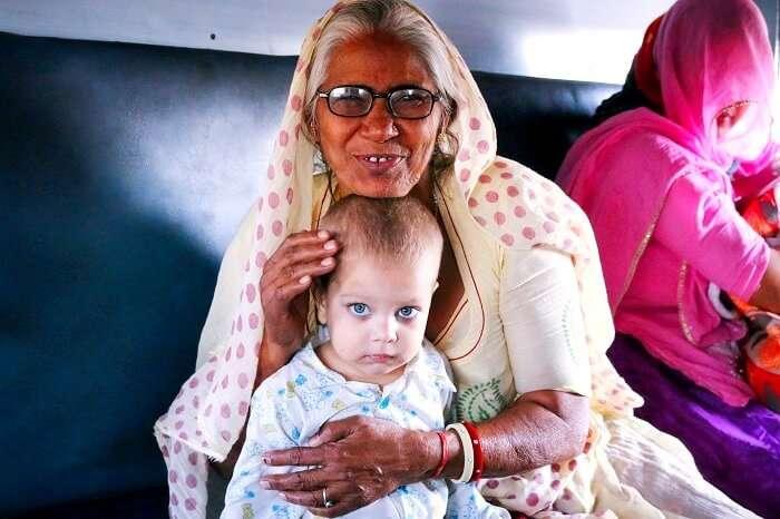meeting a beautiful child in jaisalmer