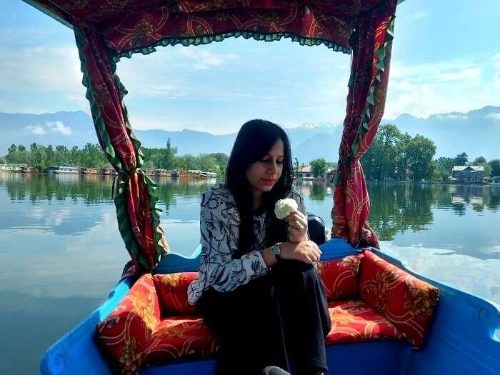 scenic lake photo in kashmir
