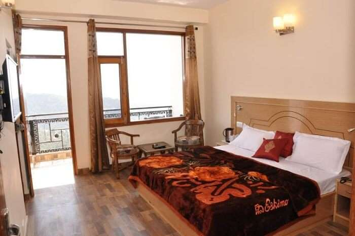 -One of the deluxe rooms in the Hotel Comfort Inn at Chail