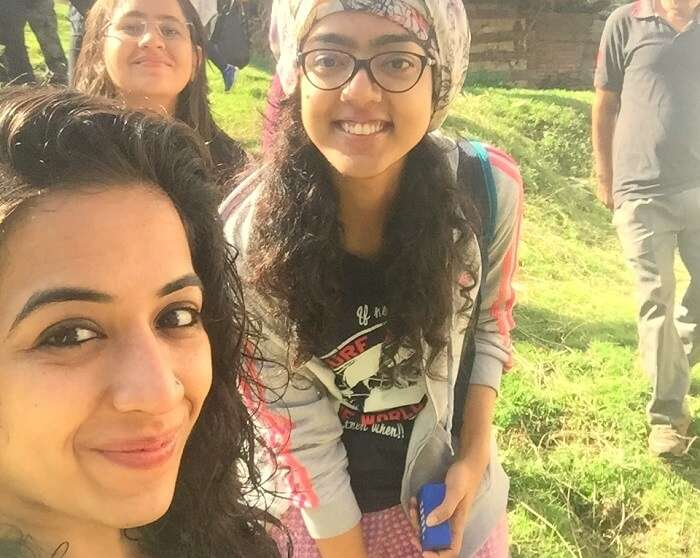 girls trekking in tirthan