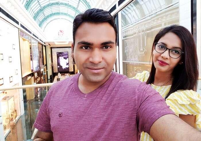 Couple enjoys Shopping In Dubai